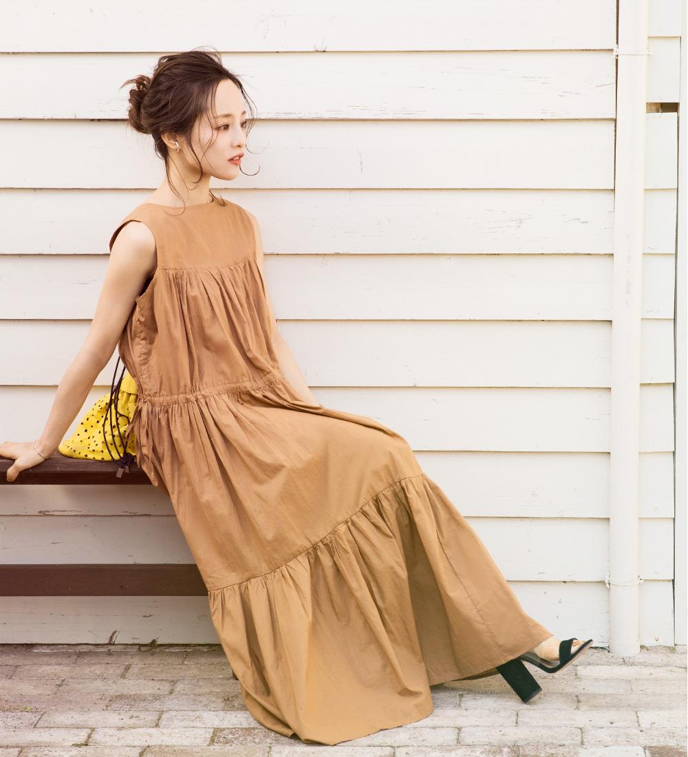 ティアードロングワンピースを着用している田中亜希子さん
